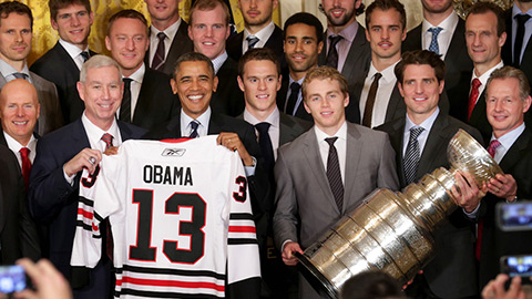 Zleva vicepresident Jay Blunk, president John McDonough, prezident USA Barack Obama, Toews, Kane, Sharp, trenér Mike Kitchen
