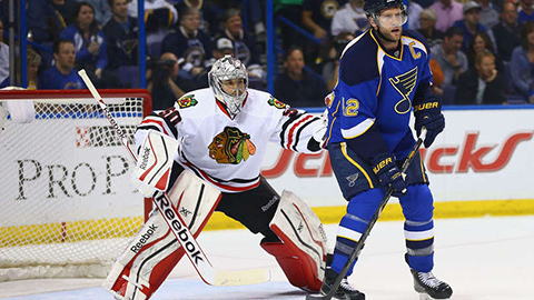 Corey Crawford a David Backes