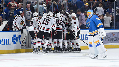 Hráči Blackhawks se radují z výhry (© Joe Puetz/NHLI via Getty Images)