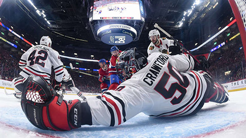 Corey Crawford při zákroku (© Francois Lacasse/NHLI via Getty Images)