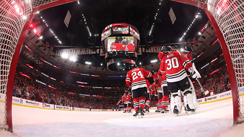 Hráči Blackhawks slaví výhru (© Bill Smith/NHLI via Getty Images)