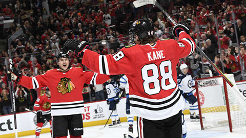 Patrick Kane slaví svůj 1000. bod v NHL (© Bill Smith/NHLI via Getty Images)